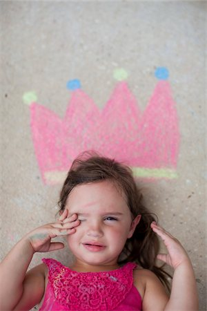 Little girl cith crown drawn in chalk Stock Photo - Premium Royalty-Free, Code: 6106-05603290