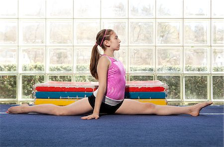 preteen girls gymnastics - young gymnast going a split Stock Photo - Premium Royalty-Free, Code: 6106-06308095