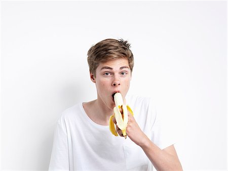 expresivo - Young man eating banana Foto de stock - Sin royalties Premium, Código: 6106-06831046