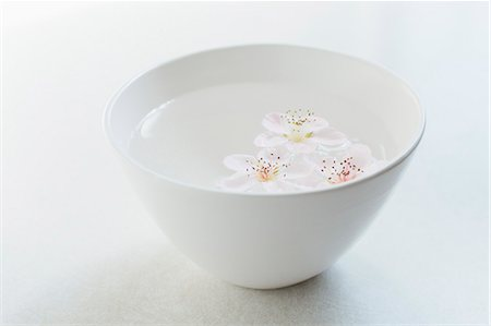 ssoms floating in white bowl on white Stock Photo - Premium Royalty-Free, Code: 6106-08081043