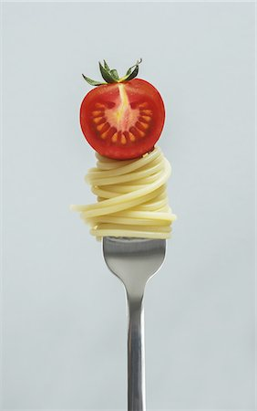 fork - Fork with spaghetti and tomato Stock Photo - Premium Royalty-Free, Code: 6106-08276950