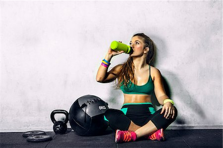 drink (non-alcohol) - Young woman resting and drinking water in the gym Stock Photo - Premium Royalty-Free, Code: 6106-08509164