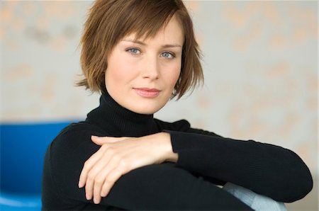 short hair - Young woman sitting on the floor, looking at the camera Stock Photo - Premium Royalty-Free, Code: 6108-05856512