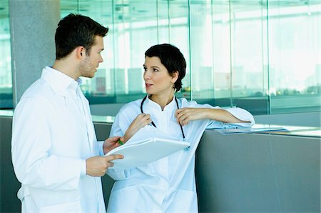 Two doctors discussing a medical record Foto de stock - Sin royalties Premium, Código: 6108-05860354