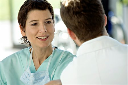 Close-up of a female doctor discussing with a male doctor Foto de stock - Sin royalties Premium, Código: 6108-05860355