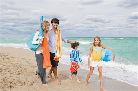Family enjoying vacations on the beach Stock Photo - Premium Royalty-Free, Code: 6108-05864149
