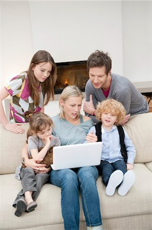 Family using a laptop Stock Photo - Premium Royalty-Free, Code: 6108-05867372
