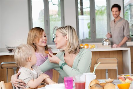 preteen kissing - Family at a breakfast table Stock Photo - Premium Royalty-Free, Code: 6108-05867632
