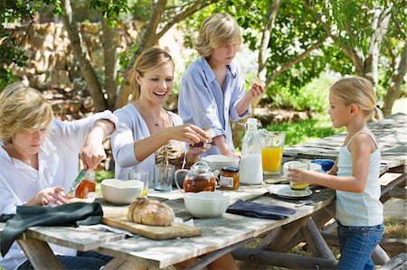 Family having food at front or back yard Stock Photo - Premium Royalty-Free, Code: 6108-05871657