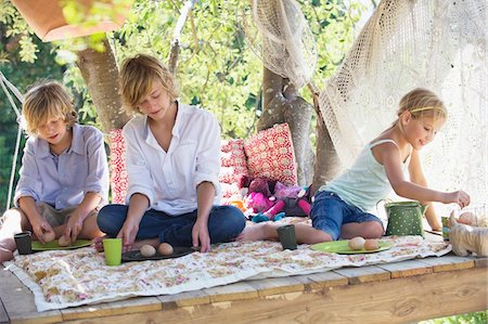 Children eating food in tree house Stock Photo - Premium Royalty-Free, Code: 6108-05872672