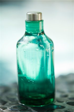 Close-up of an empty bottle of aromatherapy oil Stock Photo - Premium Royalty-Free, Code: 6108-05874116