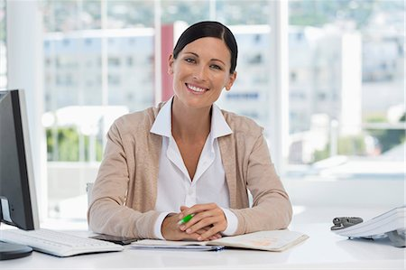 sin autorización de la propiedad - Portrait of a businesswoman smiling in an office Foto de stock - Sin royalties Premium, Código: 6108-06906121