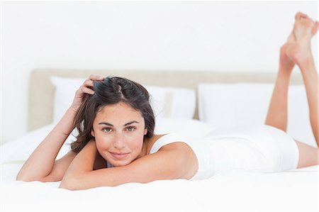 Portrait of a seductive brunette in her bed Stock Photo - Premium Royalty-Free, Code: 6109-06194934