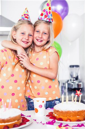 Twins celebrating their birthday Stock Photo - Premium Royalty-Free, Code: 6109-06781754