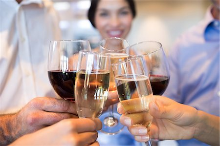 Closeup mid section of people toasting wine glasses Foto de stock - Sin royalties Premium, Código: 6109-07600922