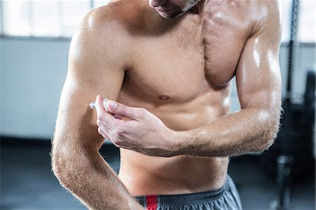 Fit man injecting steroids to arm Stock Photo - Premium Royalty-Free, Code: 6109-08397870