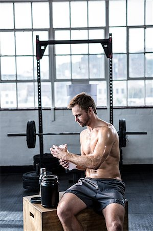 Fit man making his protein shake Stock Photo - Premium Royalty-Free, Code: 6109-08397880