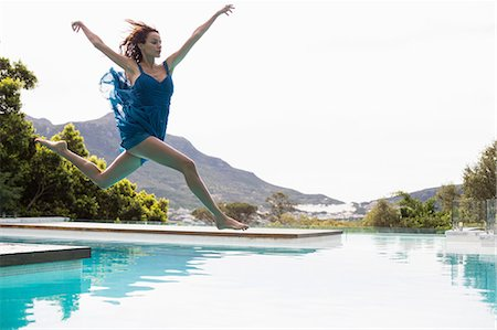 photografia - Elegant woman diving in the pool on a summers day Foto de stock - Royalty Free Premium, Número: 6109-08489779