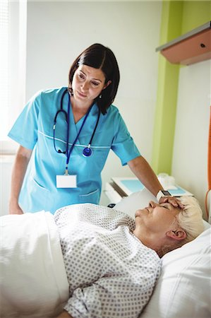 registered nurse - Nurse checking senior patient in hospital Stock Photo - Premium Royalty-Free, Code: 6109-08720250