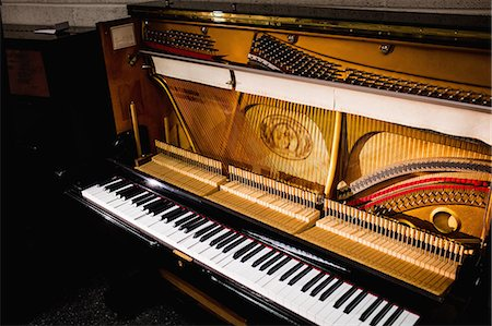 View of a old piano keyboard at workshop Stock Photo - Premium Royalty-Free, Code: 6109-08720453