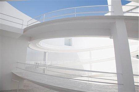 Curving elevated walkway in modern courtyard Stockbilder - Premium RF Lizenzfrei, Bildnummer: 6113-06497964
