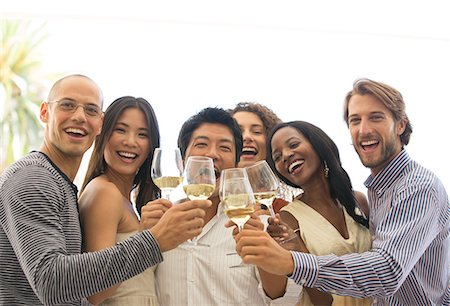 Friends toasting each other at party Foto de stock - Sin royalties Premium, Código: 6113-06909133