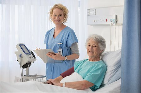 simsearch:6113-07146726,k - Portrait of smiling nurse and senior patient in hospital room Stock Photo - Premium Royalty-Free, Code: 6113-07146741