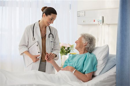 simsearch:6113-07146726,k - Doctor and senior patient talking in hospital room Stock Photo - Premium Royalty-Free, Code: 6113-07146804