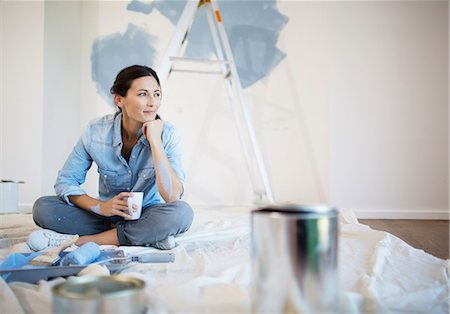 painting - Woman relaxing with coffee among painting supplies Stock Photo - Premium Royalty-Free, Code: 6113-07147165
