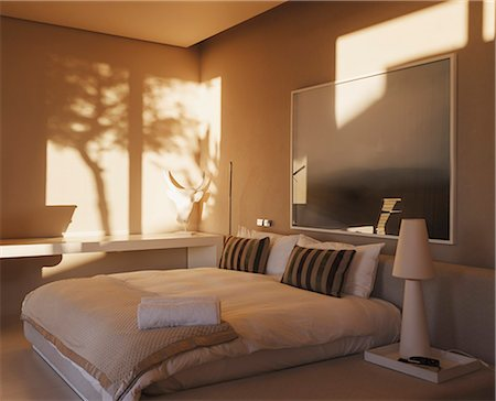 Reflection of trees on wall in modern bedroom Stockbilder - Premium RF Lizenzfrei, Bildnummer: 6113-07159785