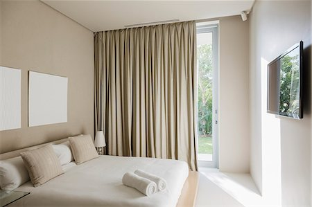Curtains and bed in modern bedroom Stockbilder - Premium RF Lizenzfrei, Bildnummer: 6113-07159873