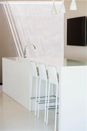 Breakfast bar and sink in modern kitchen Stock Photo - Premium Royalty-Free, Code: 6113-07159802