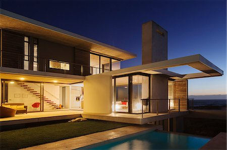 sin autorización de la propiedad - Modern house illuminated at night Foto de stock - Sin royalties Premium, Código: 6113-07160234