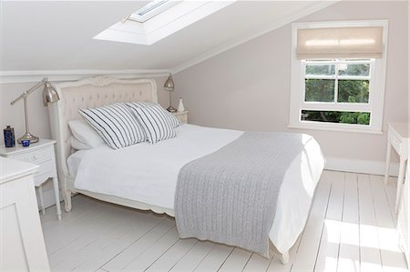 Bed in whitewashed attic bedroom Stockbilder - Premium RF Lizenzfrei, Bildnummer: 6113-07160717