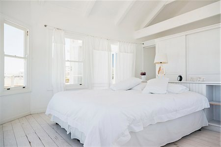 White bedroom Stock Photo - Premium Royalty-Free, Code: 6113-07160824