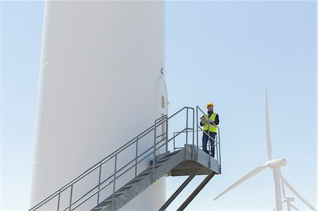 Worker standing on wind turbine Photographie de stock - Premium Libres de Droits, Code: 6113-07160956