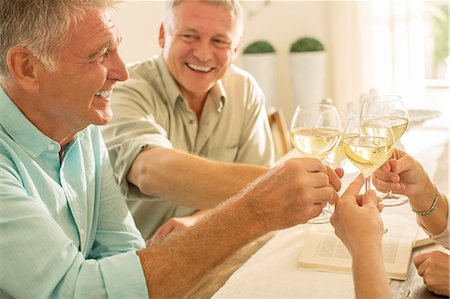 Senior friends toasting wine glasses Foto de stock - Sin royalties Premium, Código: 6113-07242109