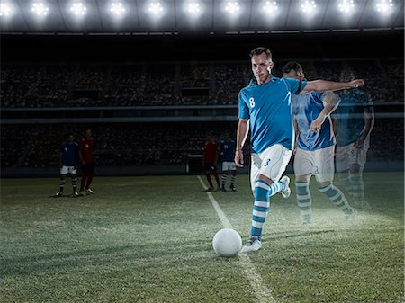 footballeur - Soccer player approaching ball on field Stock Photo - Premium Royalty-Free, Code: 6113-07310557