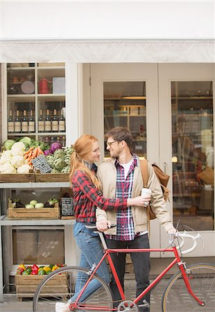 Couple hugging on city street Foto de stock - Royalty Free Premium, Número: 6113-07542494