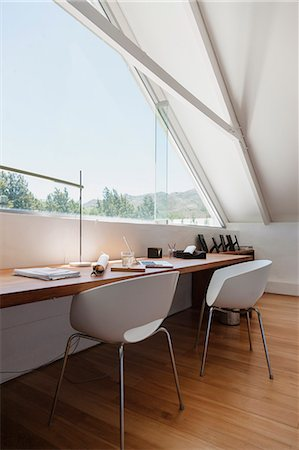 Table at window in modern office Stockbilder - Premium RF Lizenzfrei, Bildnummer: 6113-07542764