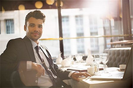 Businessman smiling in restaurant Foto de stock - Sin royalties Premium, Código: 6113-07543444
