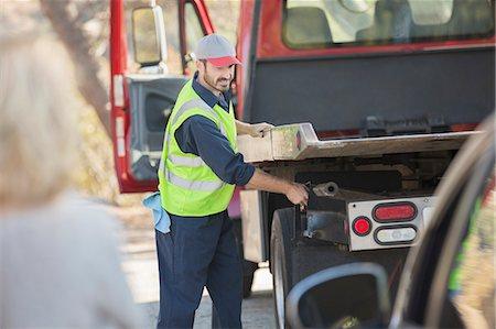 Roadside mechanic preparing to tow car Stock Photo - Premium Royalty-Free, Code: 6113-07565069
