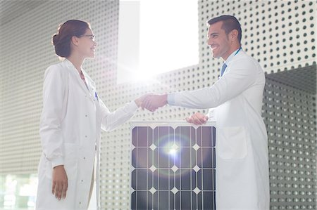 energia - Scientists handshaking at solar panel in laboratory Fotografie stock - Premium Royalty-Free, Codice: 6113-07589034