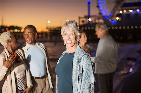 diversión - Portrait of enthusiastic senior woman with friends on beach at night Foto de stock - Sin royalties Premium, Código: 6113-07589432
