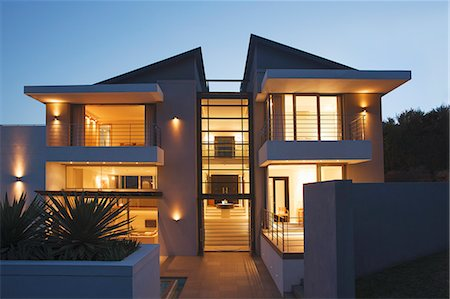 Modern house illuminated at night Stockbilder - Premium RF Lizenzfrei, Bildnummer: 6113-07589756