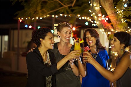 Women toasting each other at party Foto de stock - Sin royalties Premium, Código: 6113-07730864