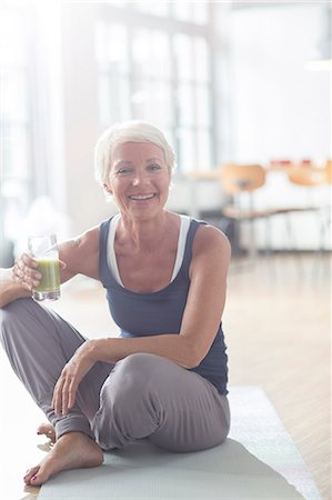 Older woman drinking juice on exercise mat Stockbilder - Premium RF Lizenzfrei, Bildnummer: 6113-07906174