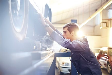 services - Mechanic working on car in auto repair shop Stock Photo - Premium Royalty-Free, Code: 6113-08184343