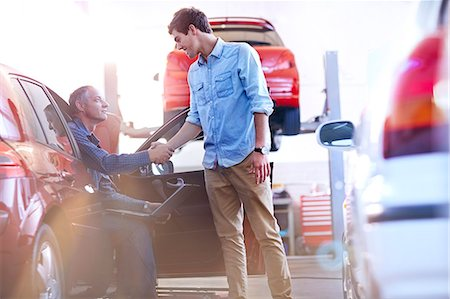 Mechanic and customer handshaking in auto repair shop Stock Photo - Premium Royalty-Free, Code: 6113-08184340