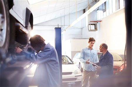 Mechanic speaking with customer in auto repair shop Stock Photo - Premium Royalty-Free, Code: 6113-08184342